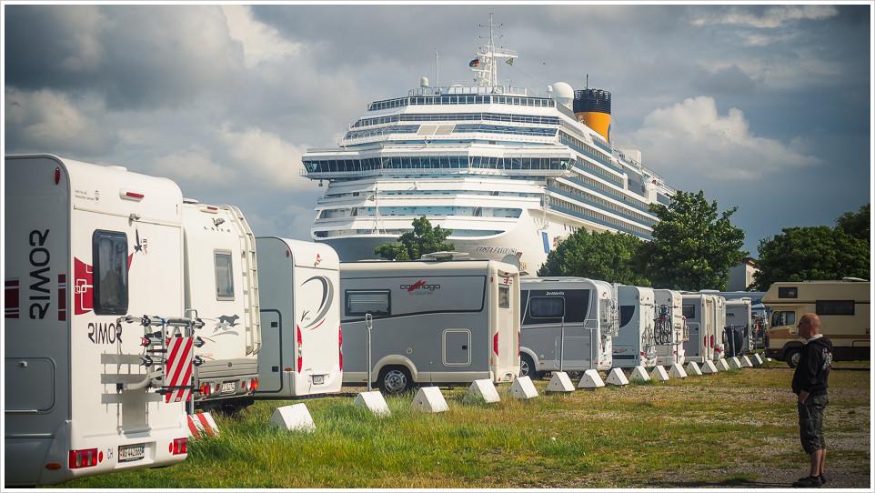 Eine Reihe Wohnmobile mit Kreuzfahrschiff
