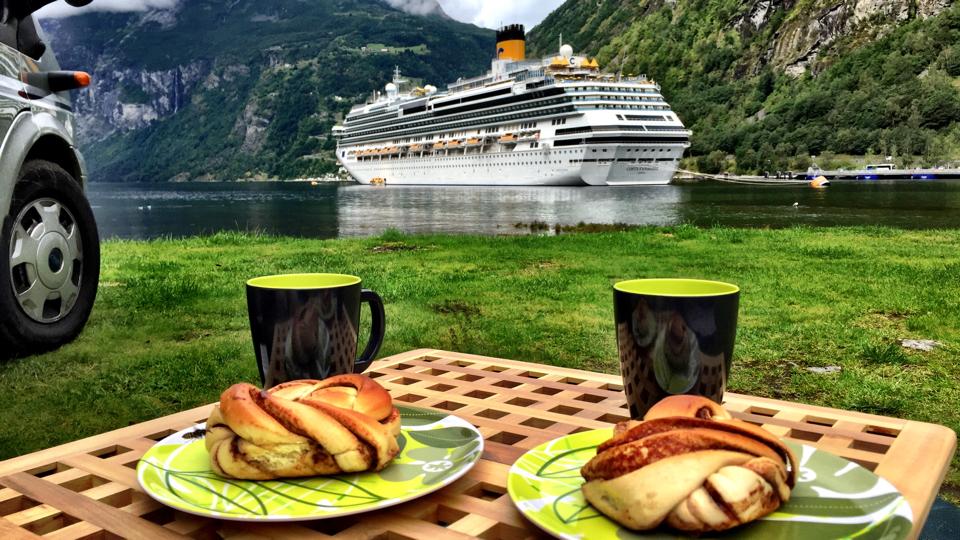 Gedeckter Kaffeetisch vor Costa Favolosa