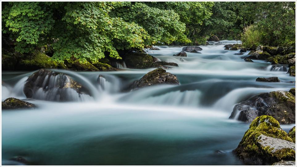 Kleiner Fluss mit Langzeitbelichtung