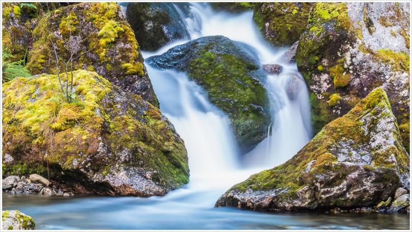 Kleiner Wasserfall mit Langzeitbelichtung