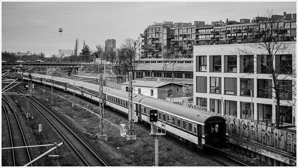 IC vor Häusern, Kreuzberg