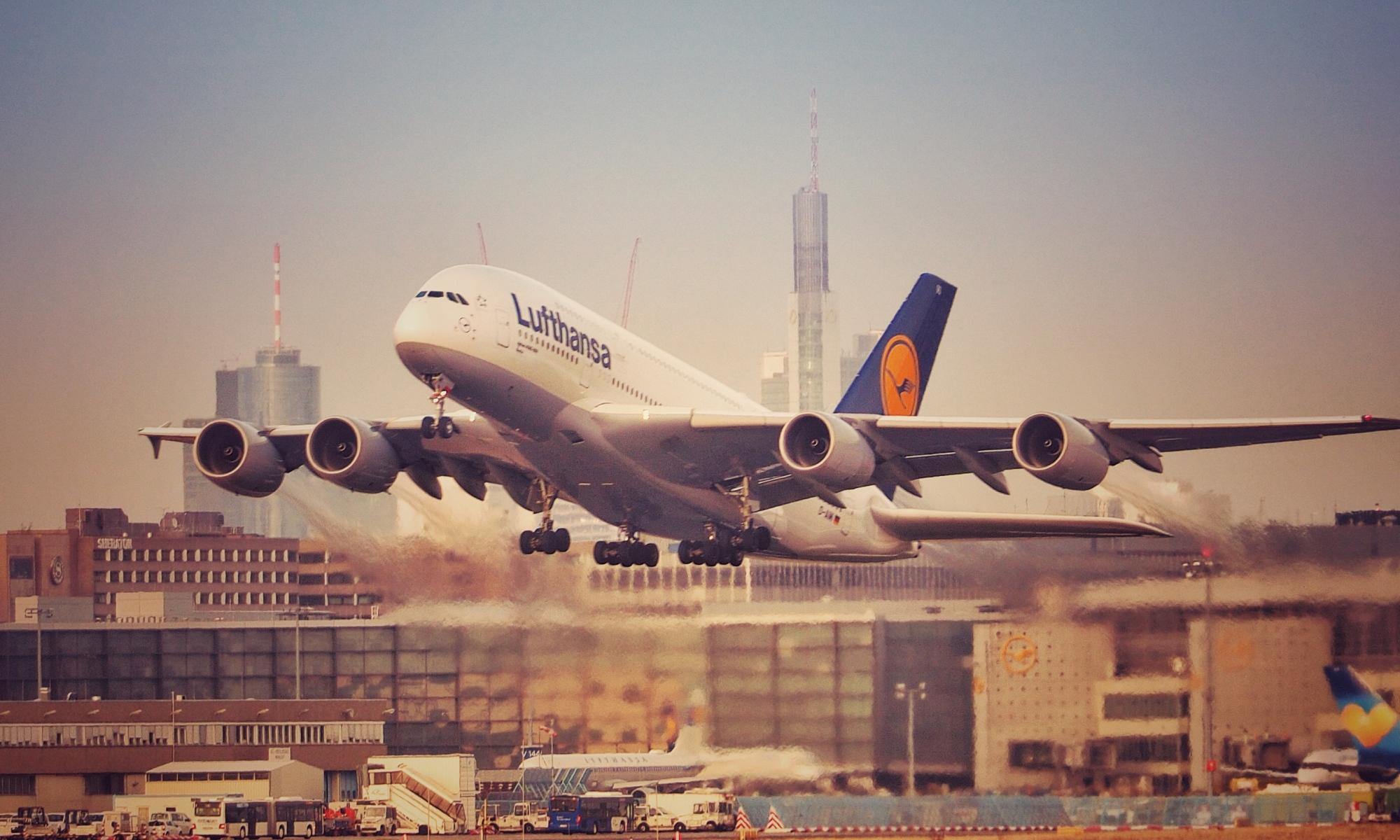 Airbus A 380 startet in Frankfurt Airport