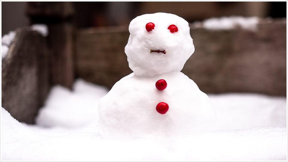 Schneemann mit roten Augen und Knöpfen
