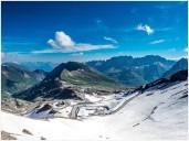 Blick auf Berge, vorne Schneefelder