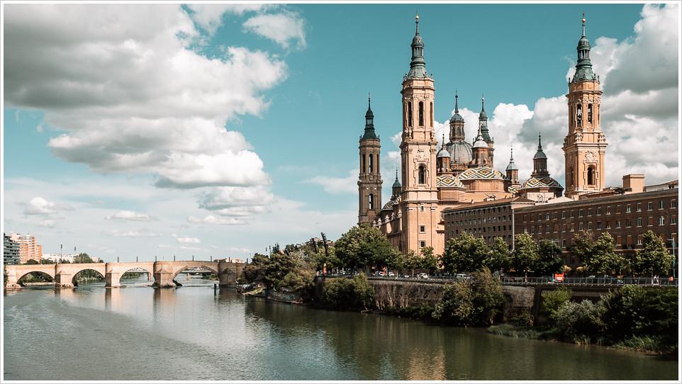 """Brücke """"Puenta de Piedra"""" und die """"Basílica del Pilar"""" in Saragossa"""