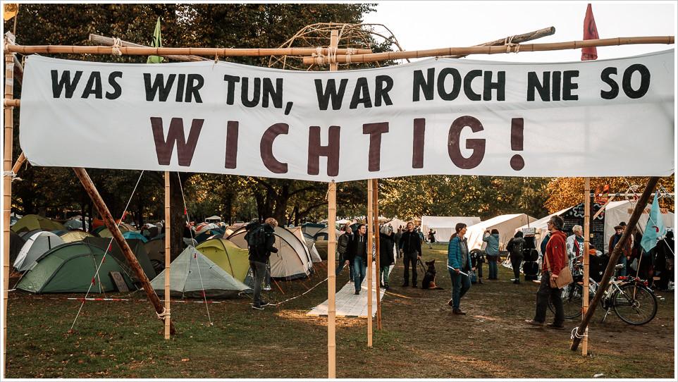 Banner am Rebellencamp in Berlin