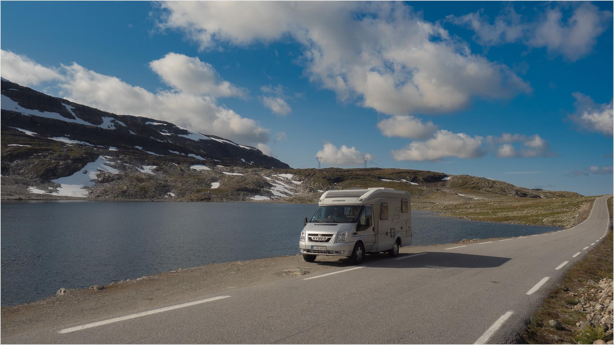 Wohnmobil vor See in Norwegen