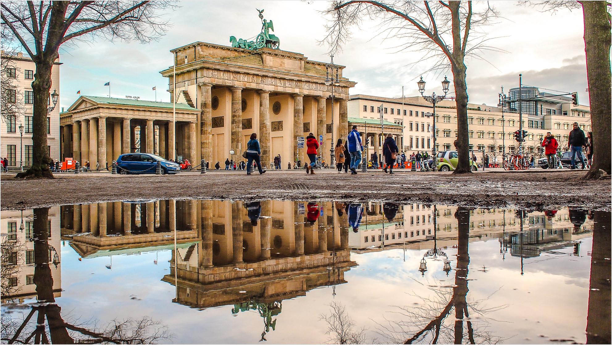 Brandenburger Tor spiegelt sich in Wasser