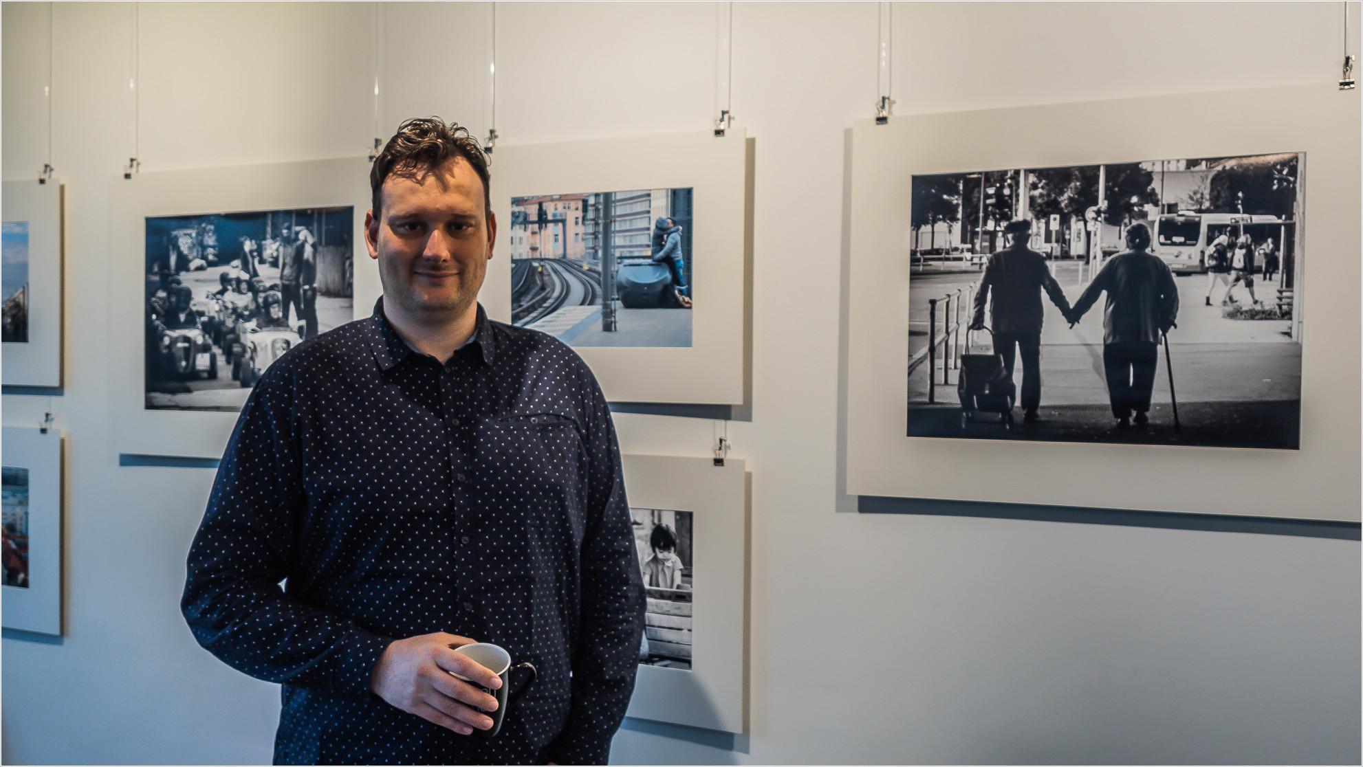 Der Fotograf mit seinen Bildern