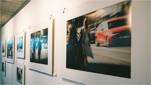 Bilder in einer Ausstellung