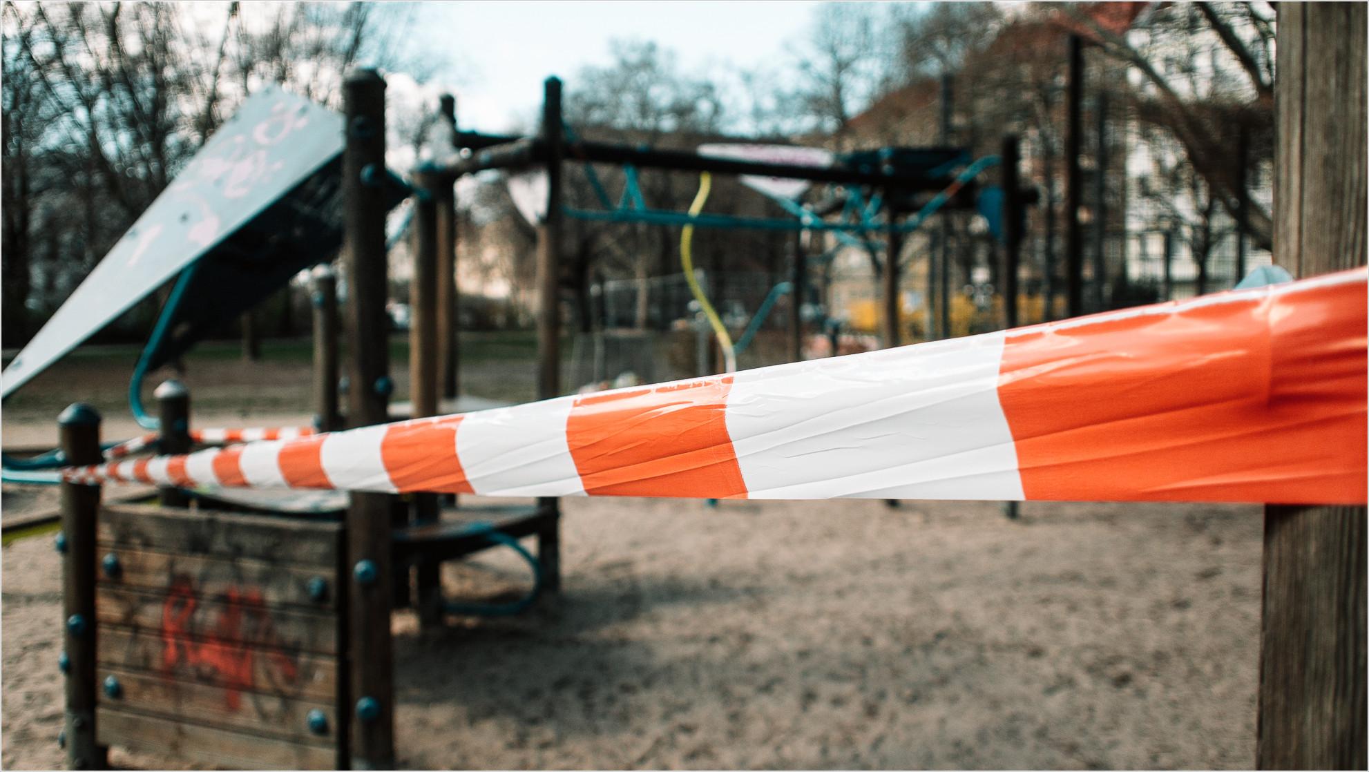 Absperrband auf einem Spielplatz