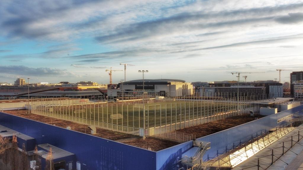 Der Fußballplatz auf dem Dach der Metro