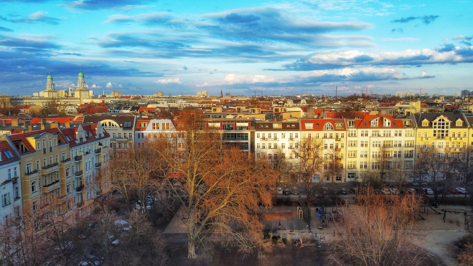 Ein Luftbild des Comeniusparks, im Hintergrund die Türme des Frankfurter Tors