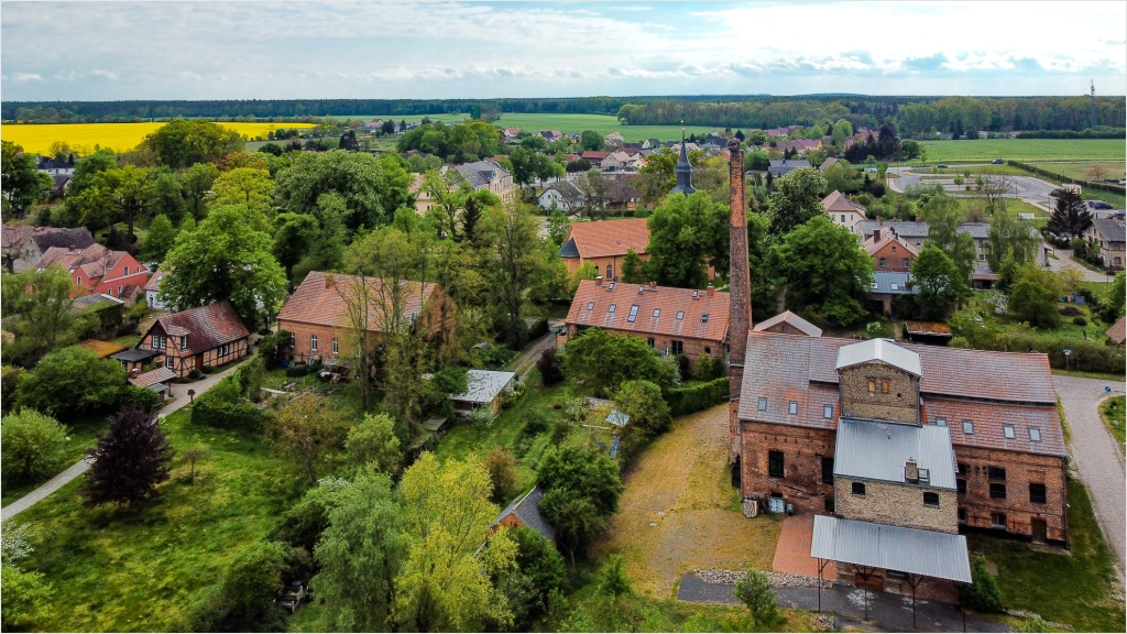 Alte Fabrik mit Kirche in Ribbeck