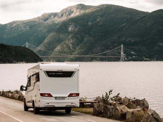 Wohnmobil vor einer Brücke im Hintergrund