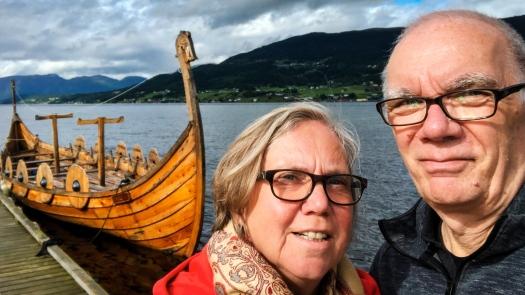 Zwei Personen vor einem Wikingerboot