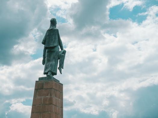 """Figur """"Tragende"""" in der Gedenkstätte KZ Ravensbrück"""
