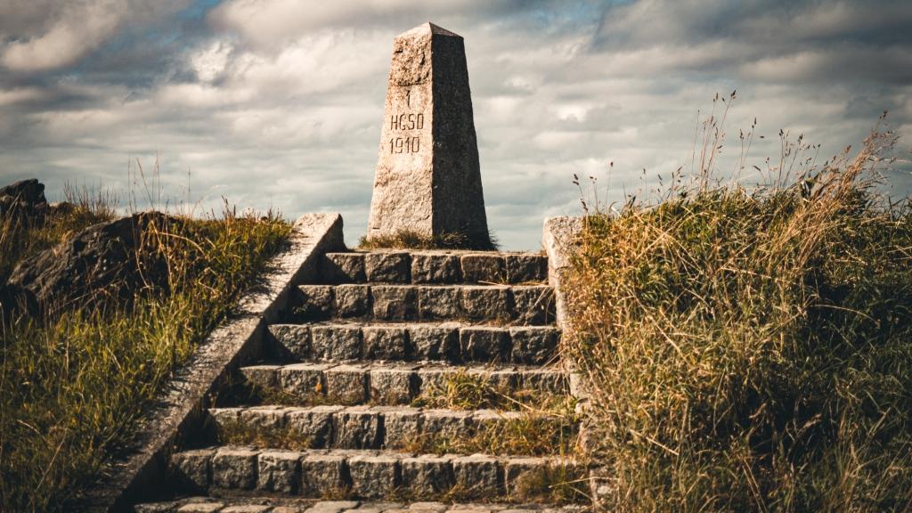 Grenzstein mit Treppe