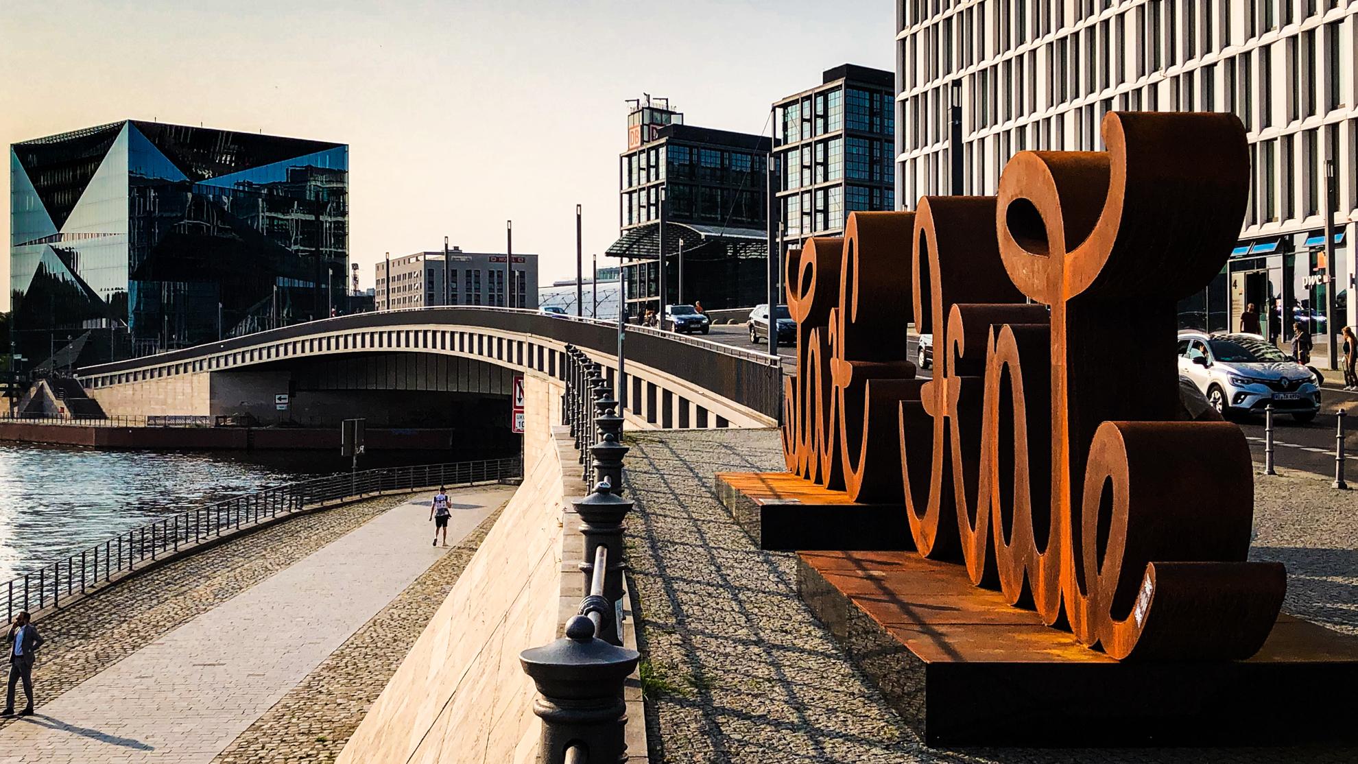 Love & Hate - Skulptur am Hauptbahnhof Berlin