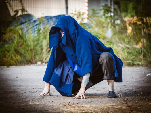 Pantomime mit blauem Mantel