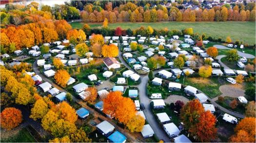 Campingplatz im Herbst, von oben