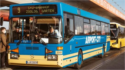 Airport-City, nostalgischer Bus am Flughafen Tegel