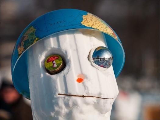 Schneemann mit Helm