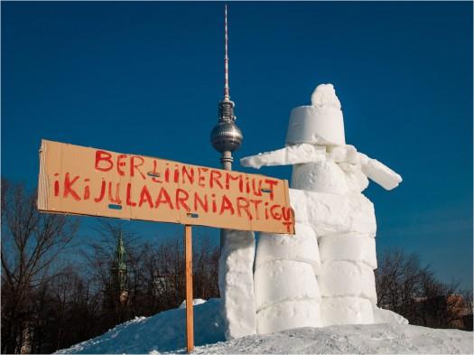 Schneemann mit Plakat vor Fernsehturm