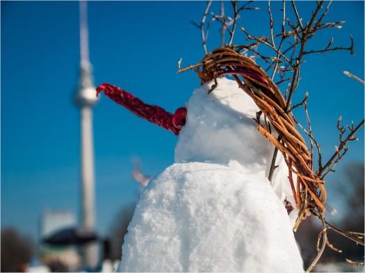 Schneemann mit roter Nase vor Fernsehturm