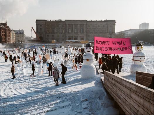 Schneemänner bauen auf der winterlichen Schlosswiese