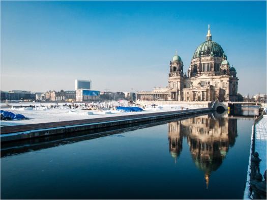 Schlosswiese im Winter mit Schneemännern vor Berliner Dom