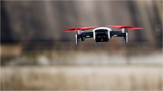 Drohne vor unscharfem Hintergrund