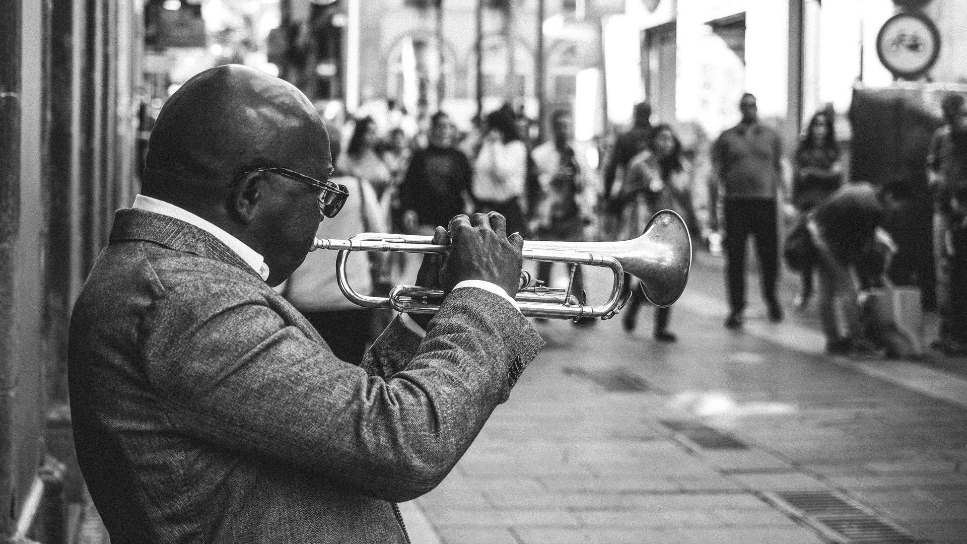 Trompeter in Fußgängerzone in schwarzweiss