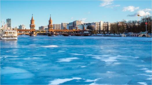Blaues Eis auf der Spree vor der Oberbaumbrücke