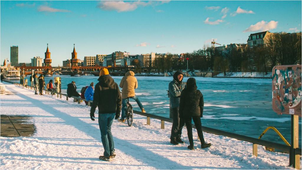 Menschen im Schnee an der Spree