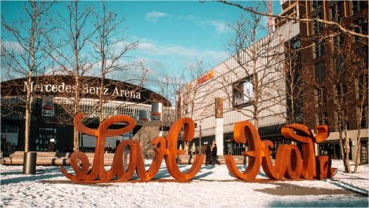 Skulptur auf dem Mercedes Benz Platz