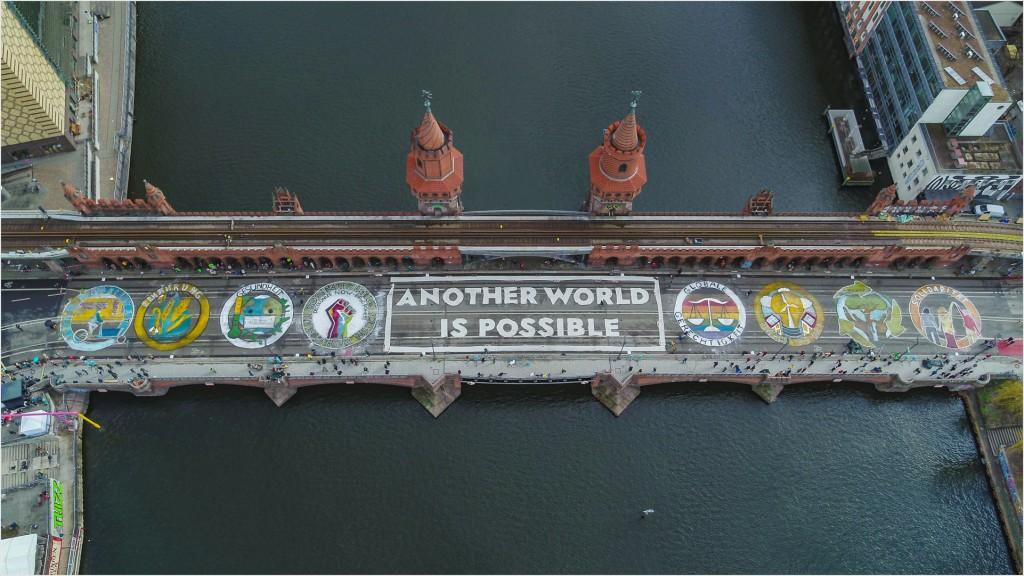 Aktionskunst auf der Oberbaumbrücke - Foto: Fridays for Future