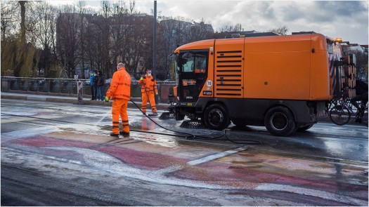 Stadtreinigung Berlin sprüht Farbe von Brücke