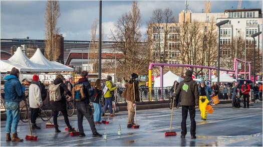 Menschen mit Besen auf der Straße