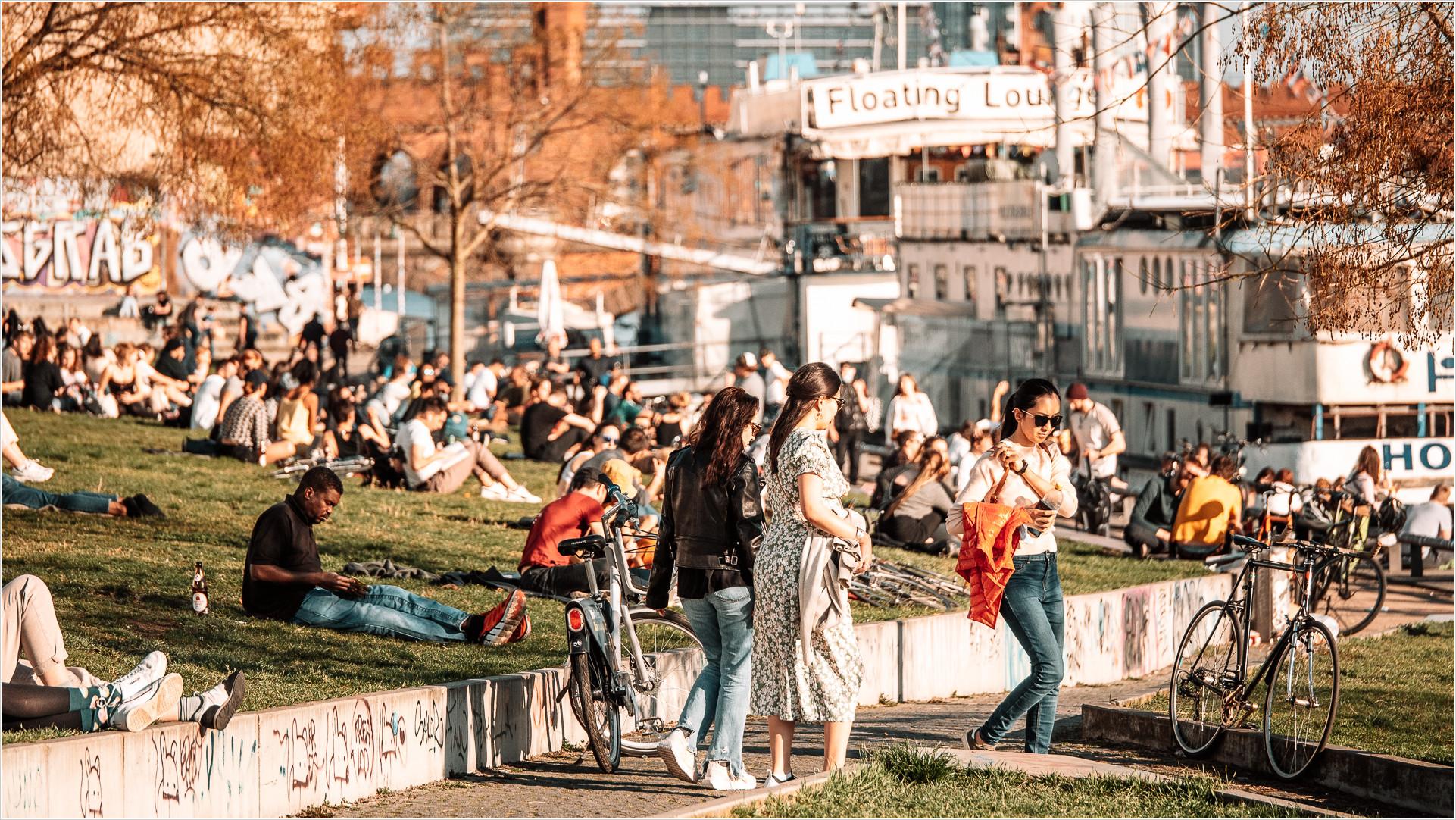 Park an der Spree mit Menschen