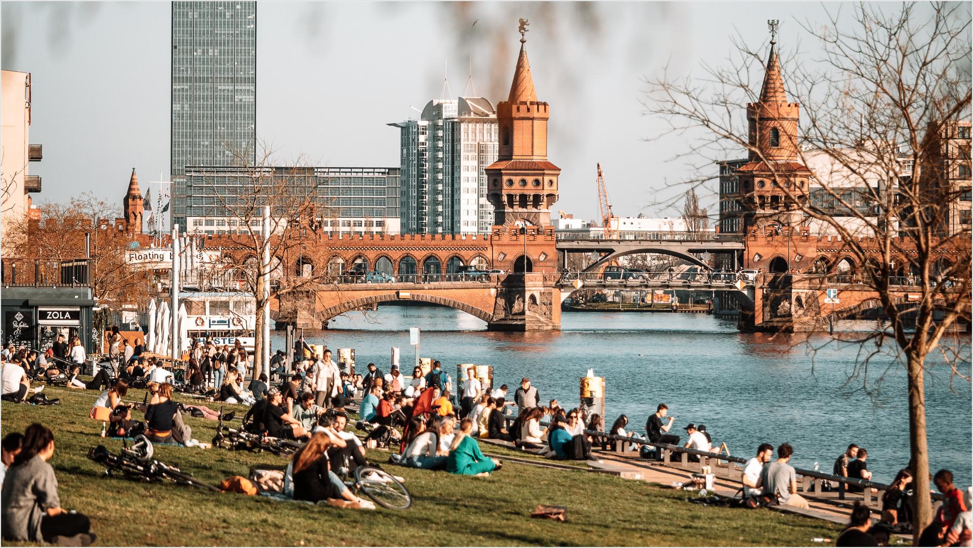 Oberbaumbrücke, im Vordergrund Menschen