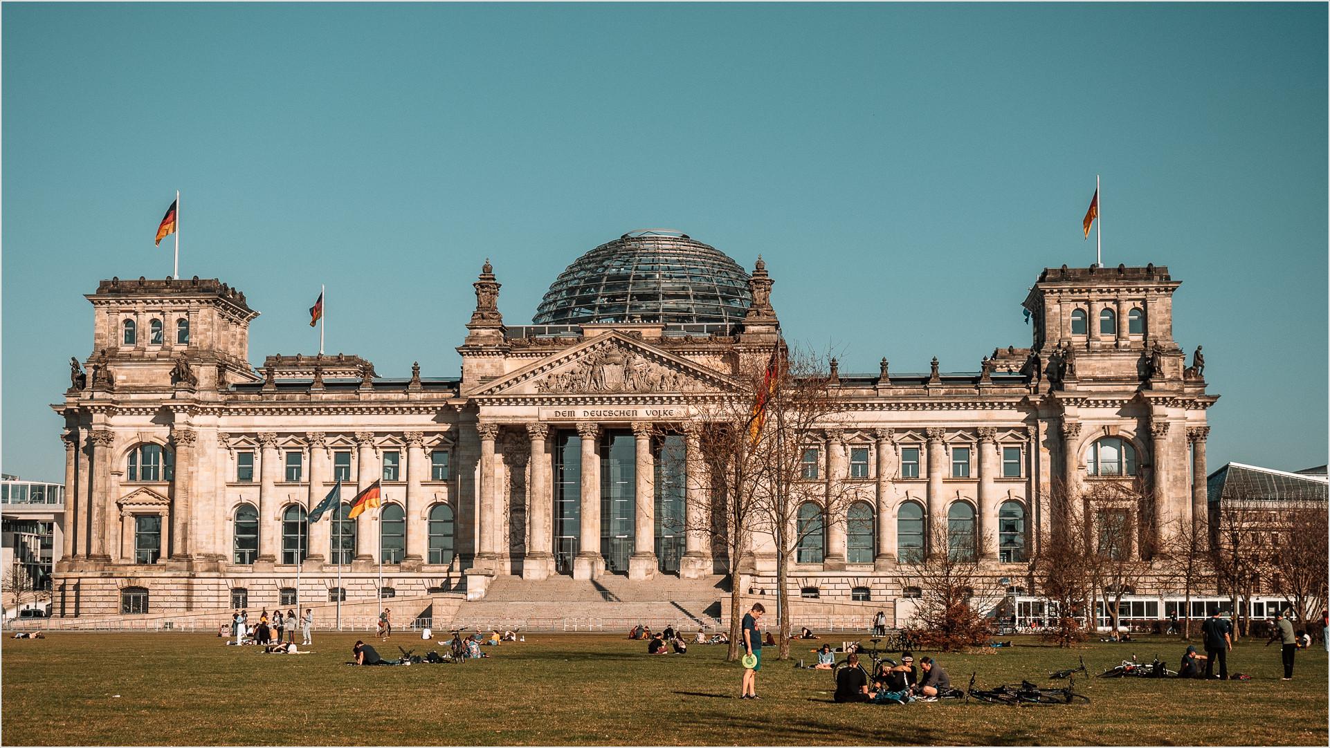 Reichstag mit Wiese
