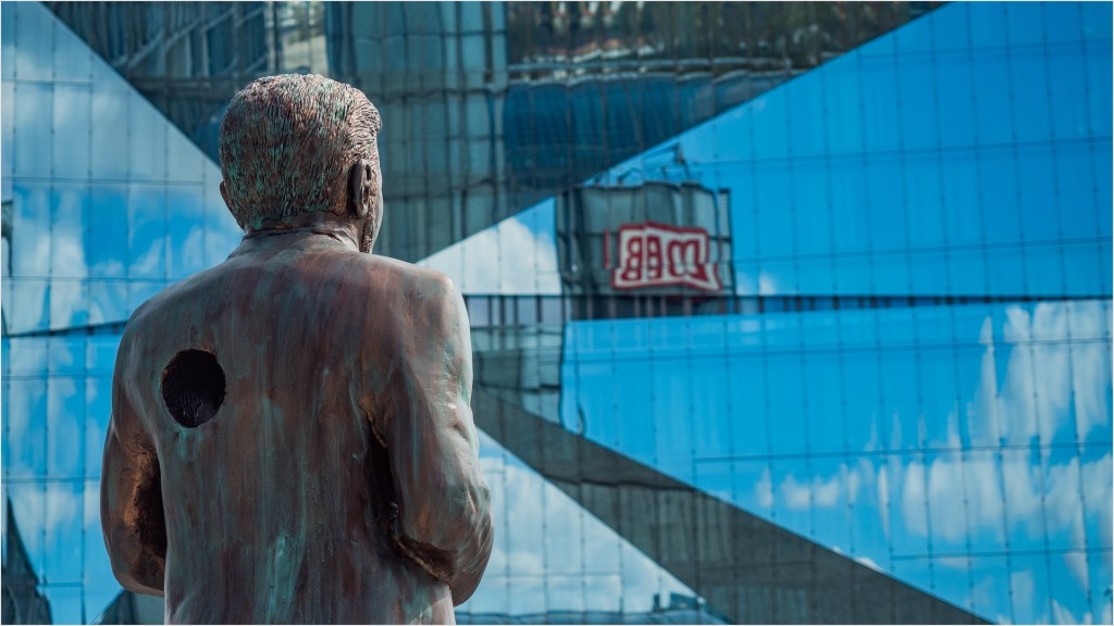 Klaas Heufer-Umlauf Statue am Berliner Hauptbahnhof
