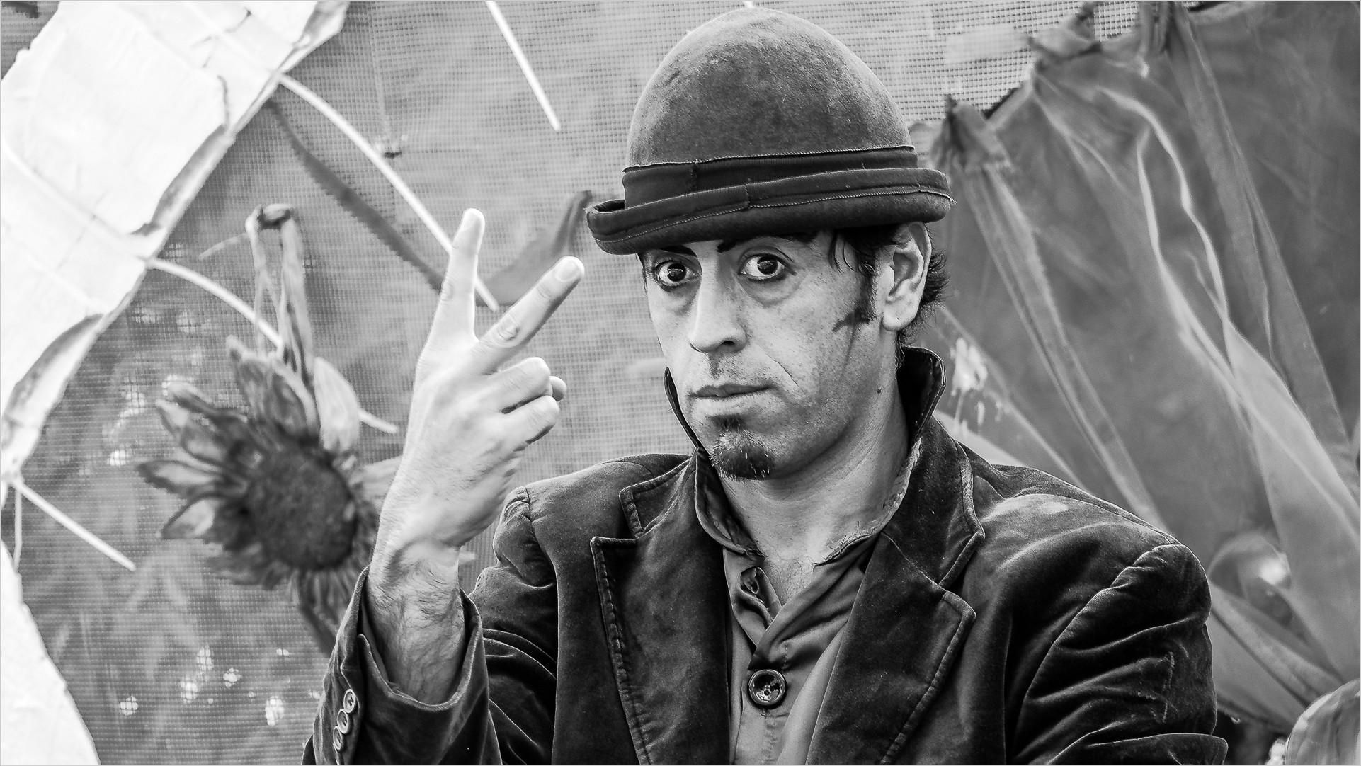 Mann zeigt zwei Finger als V