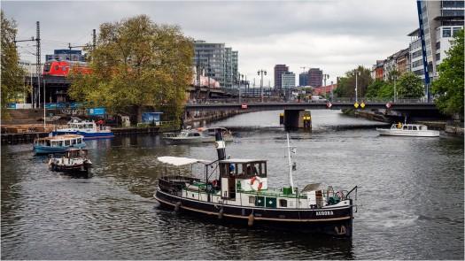 Boote wenden vor der Jannowitzbrücke
