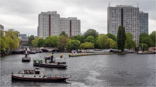 Boote auf der Spree, im Hintergrund die Hochhäuser der Fischerinsel