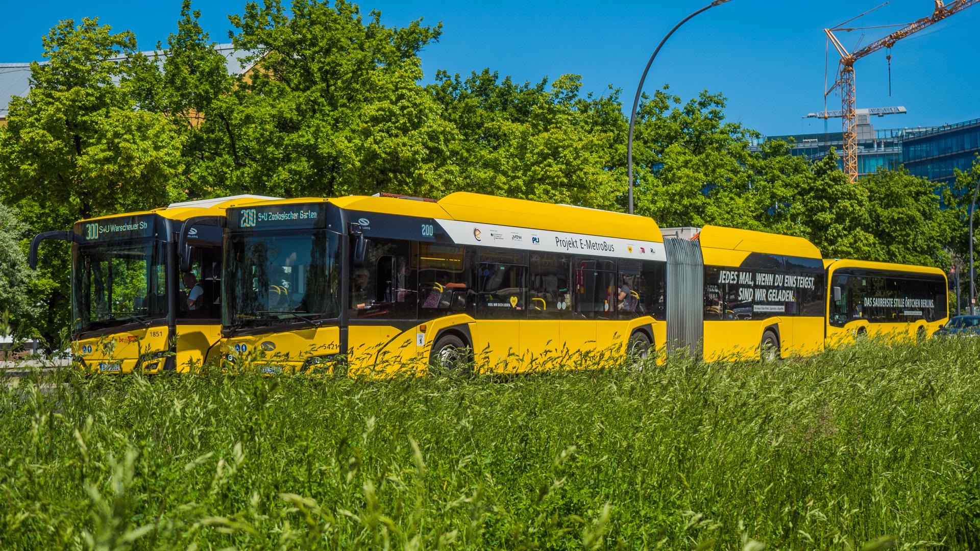 Gelbe Busse der BVG in Berlin