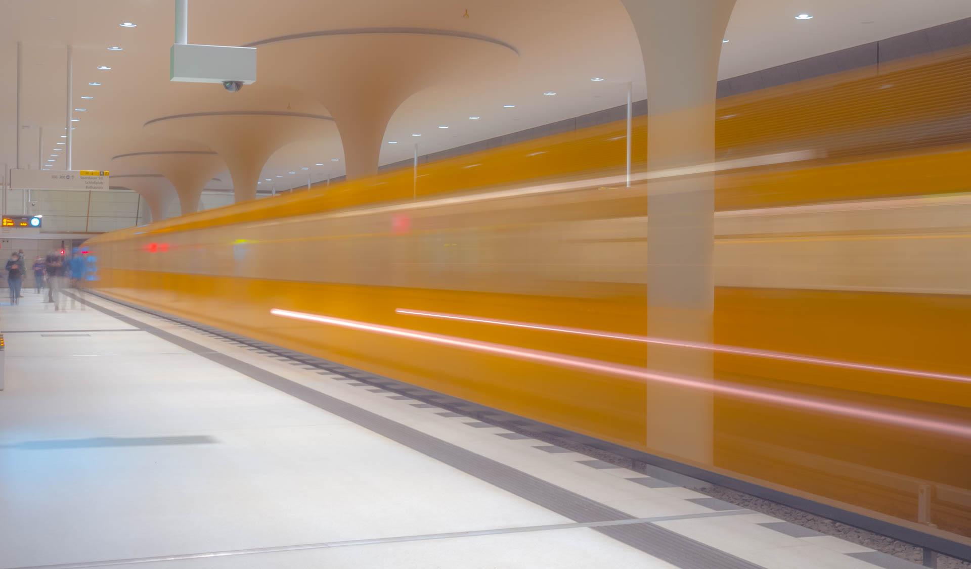 U-Bahn verwischt in einem Bahnhof