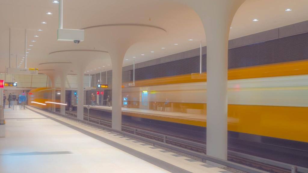 Zwei U-Bahnen in einem U-Bahnhof in Berlin