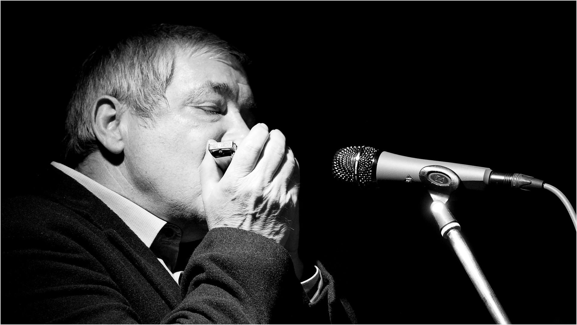 Mann spielt Mundharmonika (sw)